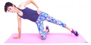 立てひざの状態から、右手は肩よりも斜め前の床に起き、左手は腰に添えましょう。左ひざを伸ばし、かかとを床から離します