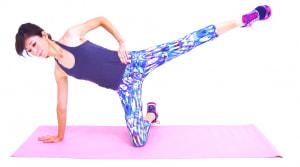 左足を腰の高さを目安に引き上げ、ゆっくりと床すれすれの位置まで戻します。これを10〜12回を目安に繰り返したら、反対側も同様に動作しましょう。