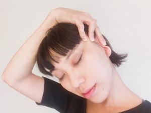 耳を折りたたんで側頭筋ごと引き上げるようにしつつ、首筋のストレッチをします。3〜5呼吸ほどステイします