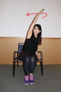 座面に手を置いて片方の腕を伸ばし、身体を倒します。腕を後ろに大きくゆっくりと10回まわします。反対側の腕も同様に行いましょう