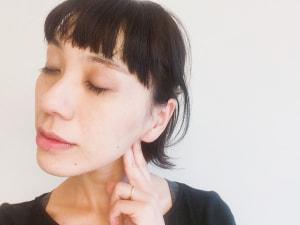 耳の後ろで顎骨の後ろにあるツボを押し上げます。凹んでいるポイントです。「ズーン」とひびく感覚があると◎です