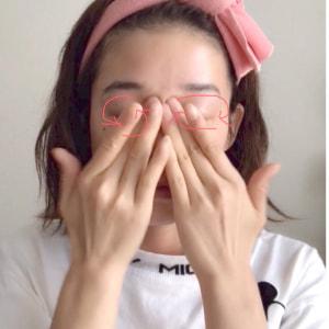 写真の矢印の方向に、人差し指と中指を使って目の周りをこすります。目の周りは皮膚が薄いので、特に注意してこすりましょう。(5)を2~3回行ってください