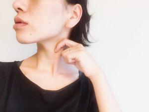 耳の後ろから胸鎖乳突筋をなで下ろし、鎖骨までマッサージします