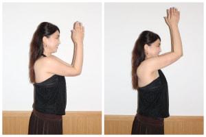 両肘を身体の前でつけます。できる人はあごのあたりまで上げてみてください