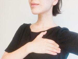 わきの下から大胸筋を通り、鎖骨の下まで小さく円を描くようにマッサージします