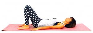 床に仰向けになり、ひざを立てます。両手の平は床につけ、ドローイング(吐く息とともにお腹を腰に引き寄せる)をします