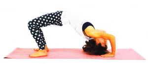 両足と手のひらで床を押し、頭を持ち上げつむじ付近(頭の真ん中)を床につけます。この時、肘が開きすぎないように、肘の角度は90度を意識してください