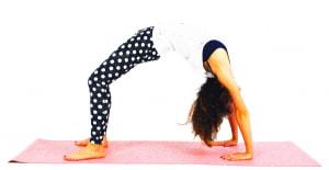さらに、肘をまっすぐ伸ばして目線は両手の間の床に向け、ポーズを完成させましょう。その状態で10呼吸キープします