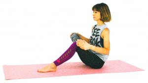 床に座り、両ひざを立てます。右ひざを曲げて、左ひざに乗せます。この時、右ひざが直角になるように左ひざの高さを調整してください