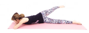 そのまま左足を右足の上方向、もしくは右側の床へゆっくり伸ばして10呼吸キープします。この時、両肘が床からはなれないように注意してください