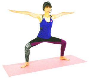 ゆっくりひざを深く曲げ、腰を下げます。この時、スクワット同様にひざがつま先よりも前に出過ぎないように注意しましょう。足の開き具合も、股関節の状態などを見ながら調整してください