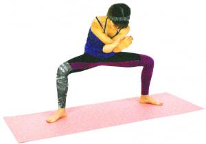 1度大きく息を吸いながら背骨を伸ばし、吐く息とともに両肘をおへそに近づけます。そのままの状態で1分間ホールドします。反対側も同様に動作しましょう