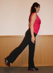 足を後ろに伸ばし、ヒップの筋肉を縮めます。(2)と(3)をリズミカルに15回行いましょう。