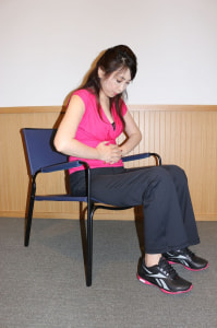 足を軽く開き、力を抜きます。腹筋が使われないように確認するため、両手を下腹に添えます。左右の座骨を近づけて引き上げるイメージで、ゆっくりと膣と肛門に力を入れて10秒キープし、ゆるめます