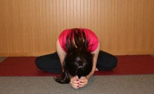 息を吸って吐きながら、身体の重みでゆっくり前に倒します。気持ちいいところまでで充分です。股関節・背骨が伸びていることを感じてください。深く3呼吸し、ゆっくり身体を起こします。これを、3回繰り返します
