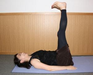 仰向けの状態で寝て、両足をそろえて上げます。つま先をスネに引き寄せ、10秒キープします。ふくらはぎの筋肉が伸びることを意識しましょう。