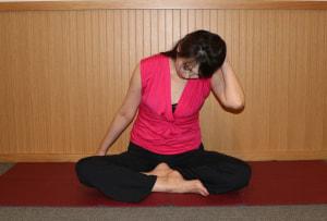 右手をベッドに置き、左手を頭にそえて左斜め前に頭を倒します。この時、肩が上がらないように気をつけましょう。首の力ではなく、頭の重みで右側の首の筋肉を伸ばすように10秒キープし、もとの位置に戻します