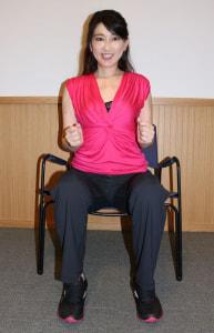 足を腰幅に開き、イスに浅く腰かけます。腕は、90度にします