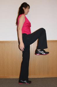 手をついたほうと反対側の足を股関節よりも上にあげ、ヒップの筋肉を伸ばします