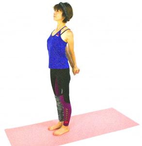 足を肩幅に開き、両手を後ろで組みます。ゆっくり肩を外側に回すように胸を開き、5呼吸ほど繰り返しましょう