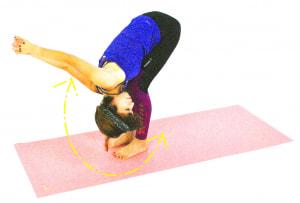徐々に吐く息とともにひざ裏を伸ばしながら、組んでいる両手を左右に大きく揺すって肩や首のこりを解消させましょう