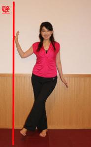 骨盤をまっすぐにし、左右の内ももを交差させるように足を下ろします。足を下ろす際も、足首は90度のままにしましょう。(1)と(2)をリズミカルに30回行います