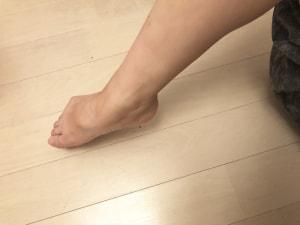 """リンパの流れが滞りやすい""""足の付け根部分""""を上下に動かしたり、時計回りや反時計回りに回してあげましょう"""