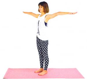 お腹を腰に引き寄せた状態(ドローイング)をして姿勢を整え、両手を肩の高さに伸ばします