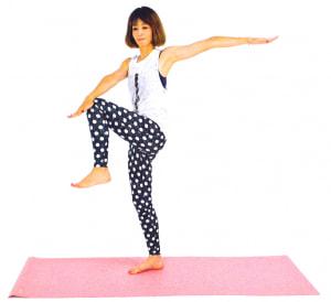 ゆっくりと左ひざを腰の高さに引き上げ、右手でタッチします