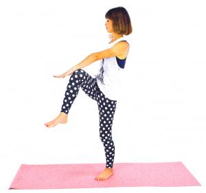 ゆっくりと左足を床に戻し、右ひざを腰の高さに引き上げて左手でタッチします。左右8回づつを目安に、動作を繰り返しましょう。