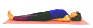 手のひらを床につけて親指同士が重なる程近づけると、肩甲骨が引き寄せられ自然と胸が開き、鳩胸の状態になります。首や肩を痛めている人は、このまま無理のない範囲で胸を開き、ゆっくり呼吸を繰り返すだけでもOKです