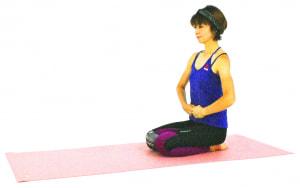 正座姿勢になってげんこつをつくり、おへその下(下丹田)にそえます。深い呼吸で疲れた内臓をマッサージしながら、腹式呼吸を1分ほどくり返します