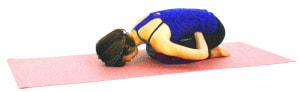 そのまま上体を倒します。呼吸とともにお腹をゆるめてげんこつをゆるやかにお腹に沈め、深い呼吸を1分ほどくり返しましょう