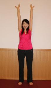 腕をまっすぐ上に伸ばします。この時、腕が身体の前面にこないようにしましょう