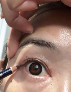 目尻を描く時は、<strong>下げすぎない</strong>ことがポイントです。目を開けた状態で真横に引くイメージでやると描きやすいですよ
