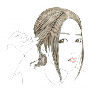1つ結びにすると、どうしても顔まわりやもみあげ部分の白髪が気になります。そのため、横の髪が耳に少しかぶるくらいまで引き出してあげることが大切です