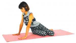 正座姿勢から右側お尻を床につけ、ひざを斜めに向けます。両手は肩幅に開き、指先はまっすぐ前に向けます