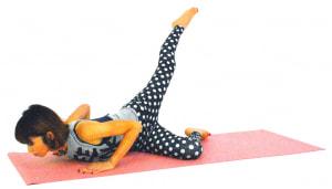 そのまま両肘を曲げてあごを床ギリギリまでおろし、左足を天井方向に伸ばします。ゆっくり元の位置に戻し、8回を目安に動作を繰り返しましょう。反対側も同様に動作を繰り返します