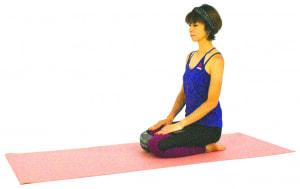 床に座り、正座姿勢になり数回呼吸を繰り返しましょう。疲れの溜まりやすいスネやひざをゆっくりほぐします