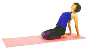 両手を後ろの床につけます。この時、腰を痛めている人は、折りたたんだブランケットなどの上に手のひらをつけて調整してください。そのままゆっくりとお腹を伸ばし、胸を上に押し上げるようにして身体の前側を伸ばします