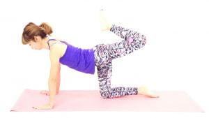 ゆっくり息を吐きながら、ひざを天井方向に押し上げます。この時、腰が反り過ぎないように、おへそは床に向けた状態を意識して、太もも裏から臀部の筋肉をギューッと引きしめてください。そのまま8回を目安に動作を繰り返します