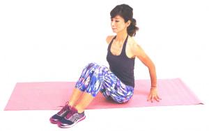 床に座って両ひざをそろえ、吐く息とともにドローイング(お腹を腰に引き寄せる)をしながら、ゆっくり背骨を伸ばします