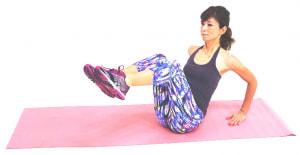 そのまま両足を床からはなします。ひざが胸の高さになる位置を目安にしましょう。この時、上半身の姿勢が変わらないように注意してください