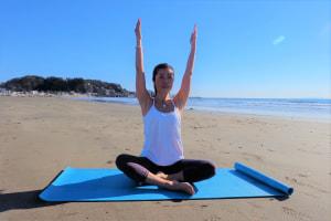 鼻から息を吸い、背筋を伸ばした座位姿勢で両手をまっすぐ上にあげます。この時、両肩が上がらないように気をつけましょう