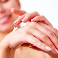 10年後に後悔しない!ネイリストが教える「手のシミ」予防法