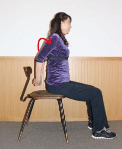 肩をまわし、肩甲骨周辺をほぐします。これを30回行います