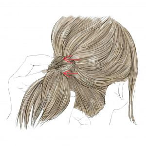 ねじった毛束がくずれないように、画像の赤い矢印に向かって2本ピンをさします。慣れない時は、留まるまでピンの数を増やしてもかまいません