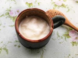 ヨーグルトを耐熱容器(マグカップ等)に入れ、水を少量混ぜて500wのレンジで30〜40秒ほど温めてください。この時、温めすぎないように注意しましょう