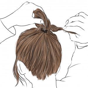 ゴムを隠すように三つ編みを巻きつけて、お団子にします。毛先は、お団子の中に入れ込んで見えないようにしましょう