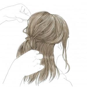 ハーフアップにした後は、髪の毛の表面の毛束を部分的に引き出します。引き出す毛束は、1cm間隔(人差し指1本くらい)で引き出すと、きれいに見えますよ。